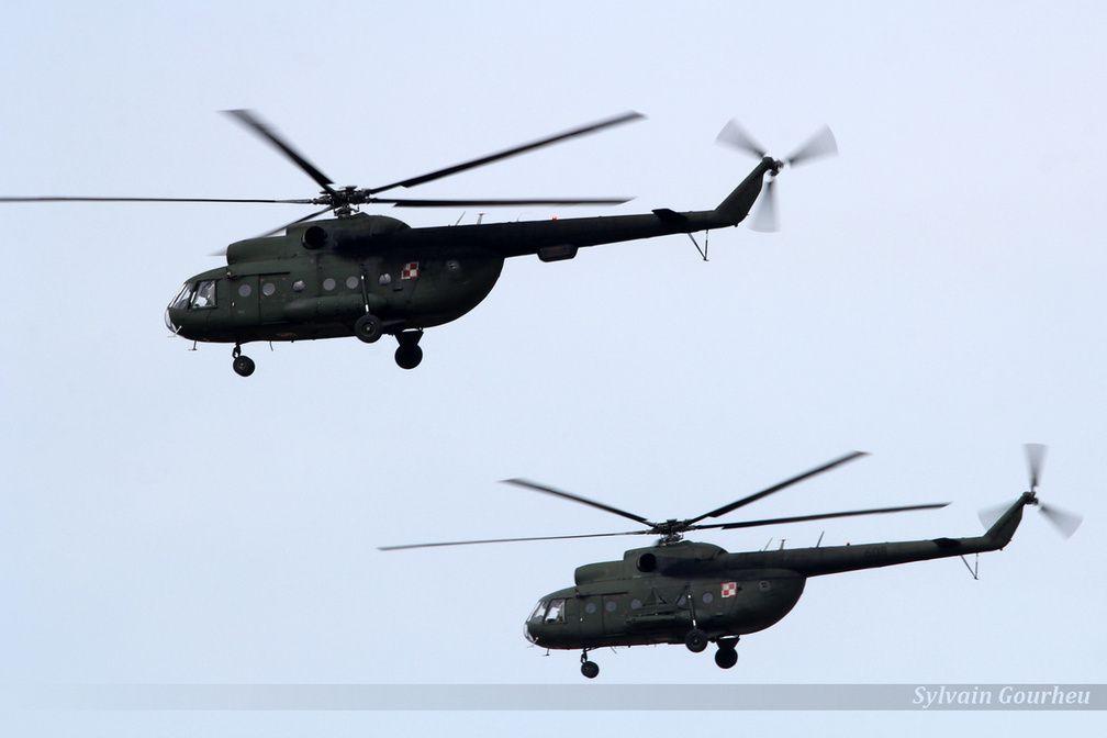 """Passage de deux Mi-8T """"Hip""""."""