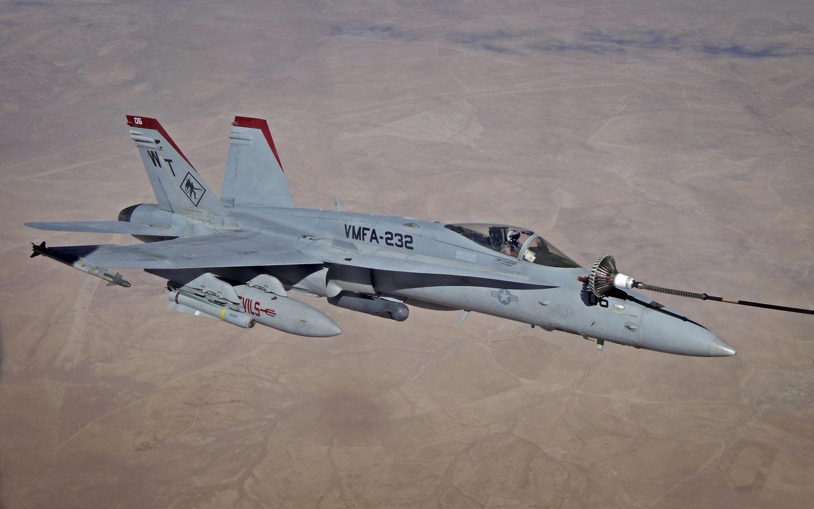 Un F/A-18C Hornet de l'US Marine Corps ravitaille au-dessus de l'Irak avec un seul réacteur