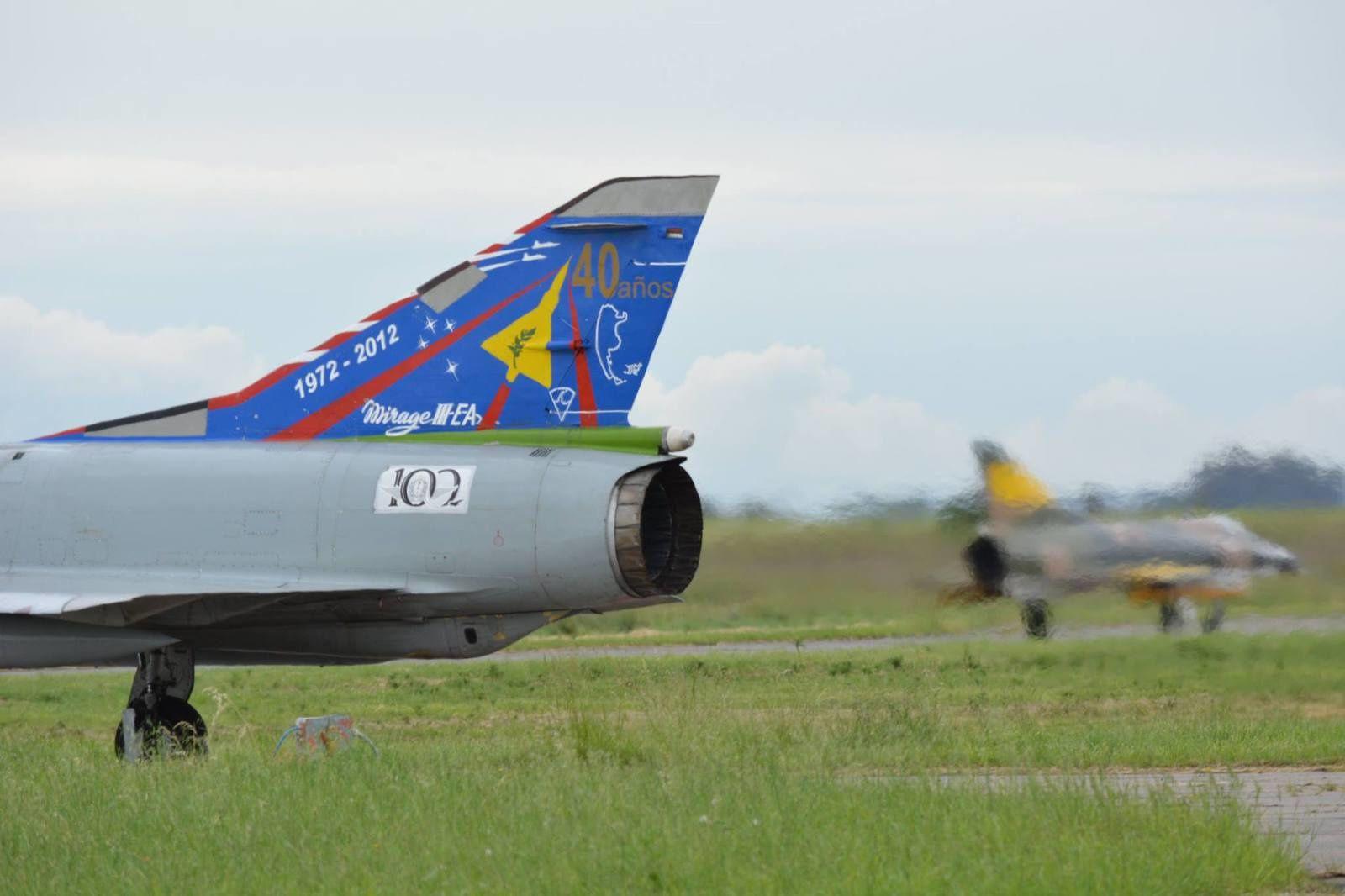 1972-2012 : 40 ans du Mirage IIIEA. Certains autocollants posés sur les appareils n'ont pas tenu lors des démonstrations aériennes.