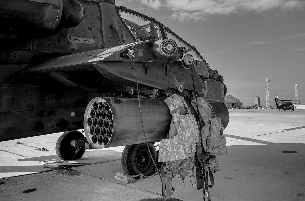 Un Apache américain équipé d'une nacelle lance-roquettes, qui supporte les gilets de vol des aviateurs de l'US Army - (c) Rami Khanna-Prade