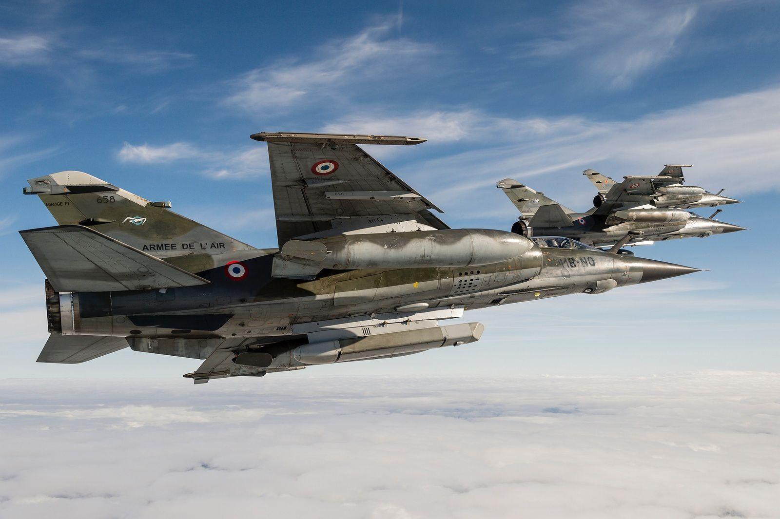 Ce Mirage F1-CR, au premier plan sur la photographie, est équipé de la nacelle ASTAC, située sous le «ventre» de l'appareil - Photo : © A. Jeuland / Armée de l'Air.