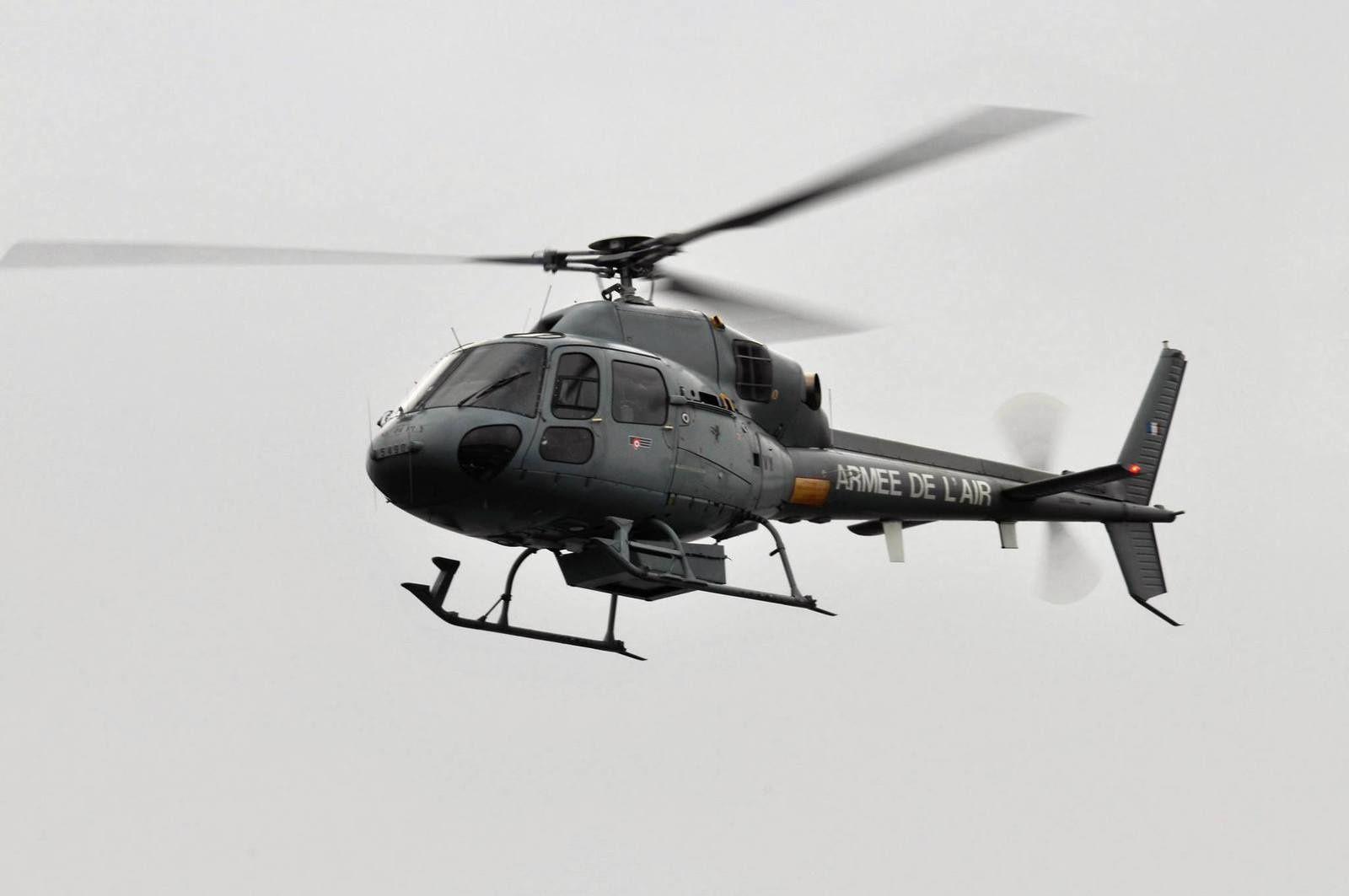 Un hélicoptère Fennec de l'Armée de l'Air mesure le taux de radioactivité de la base des SNLE de l'île Longue