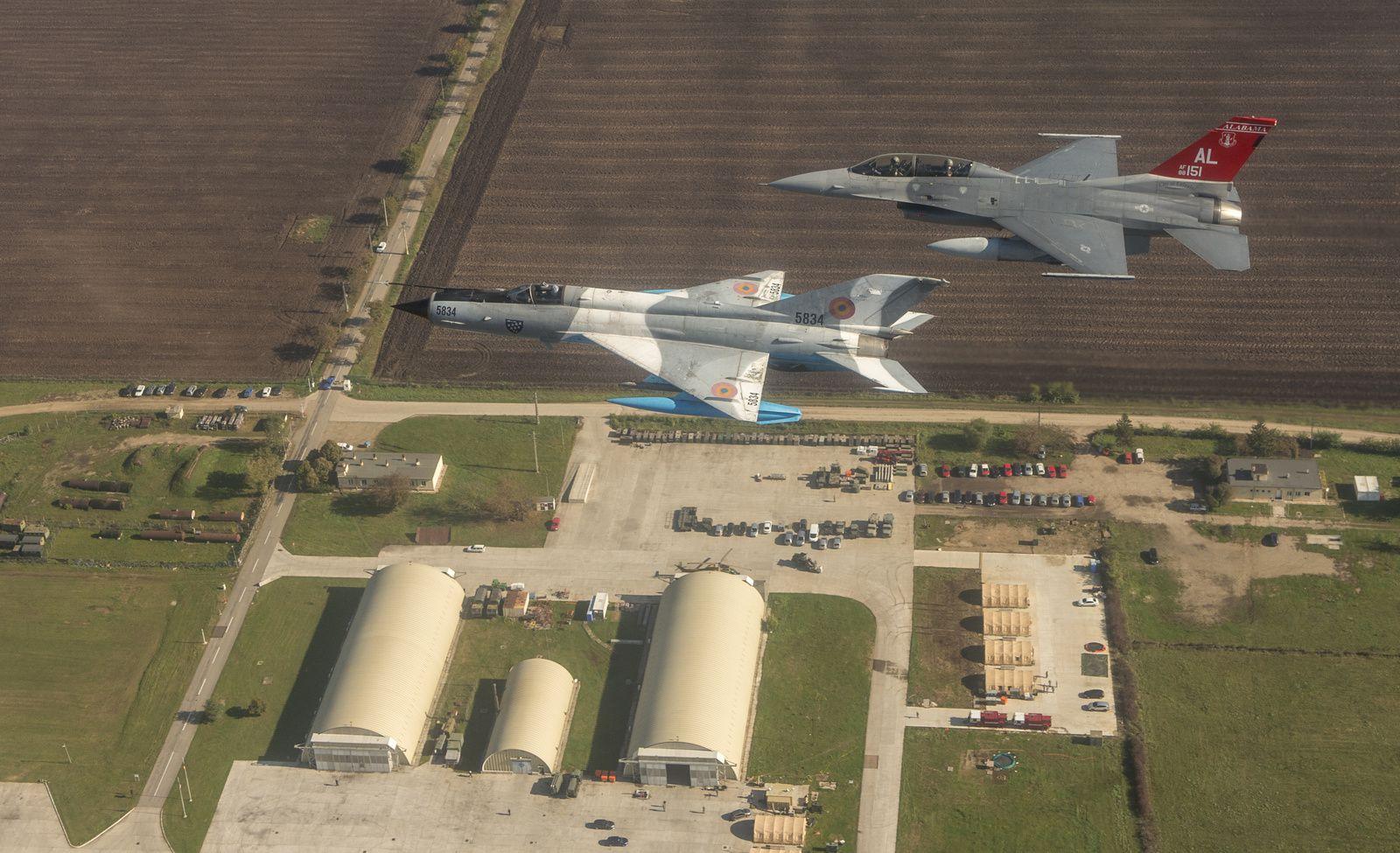 © USAF - Vol en formation d'un Mig-21 «LanceR» et d'un F-16 biplace de l'USAF lors d'un précédent exercice.