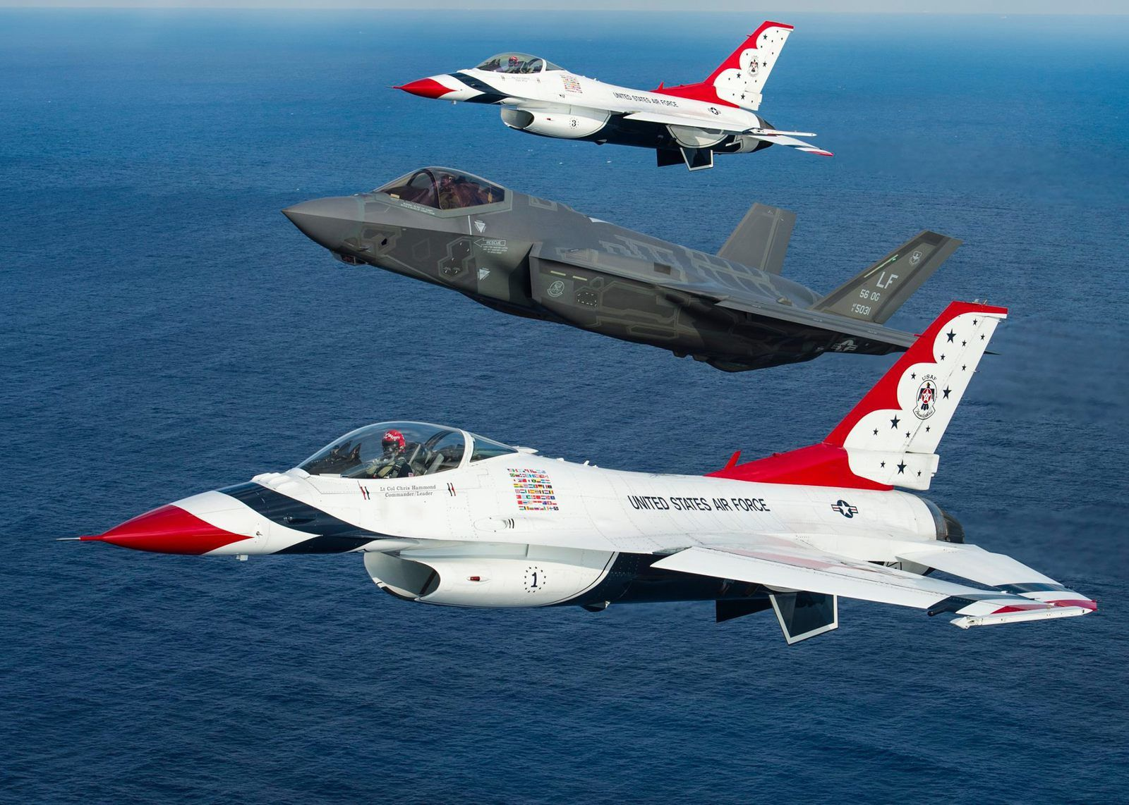 PHOTOS - Les F-16 Thunderbirds en vol avec un F-35A de l'US Air Force