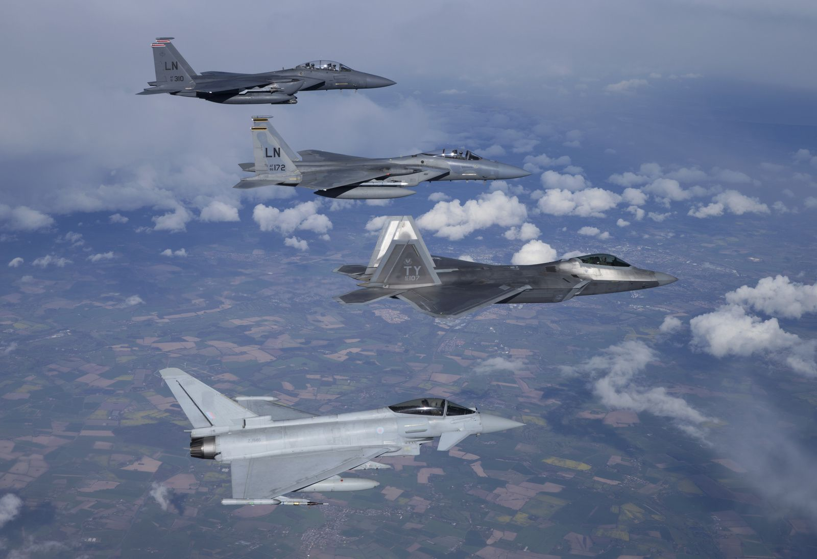 © USAF - Formation composée, de haut en bas, d'un F-15E Strike Eagle (494th FS), d'un F-15C Eagle (493rd FS), d'un F-22A (95th FS), et d'un Typhoon de la Royal Air Force.