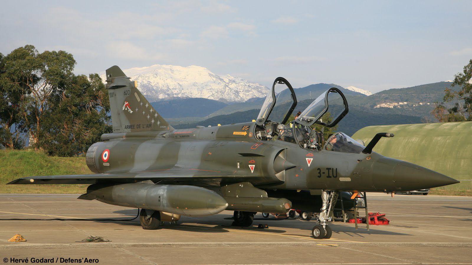 Un des Mirage 2000D, équipé d'un pod PDL-CT/S