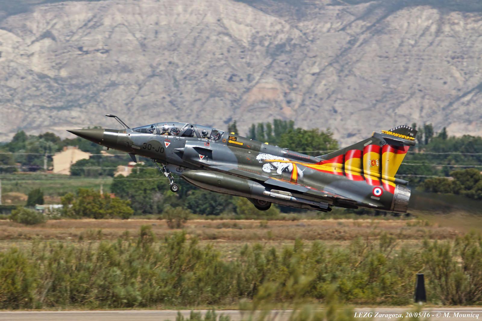 Décollage du 2000D décoré, en hommage aux neuf aviateurs français décédés dans le crash d'Albacete.