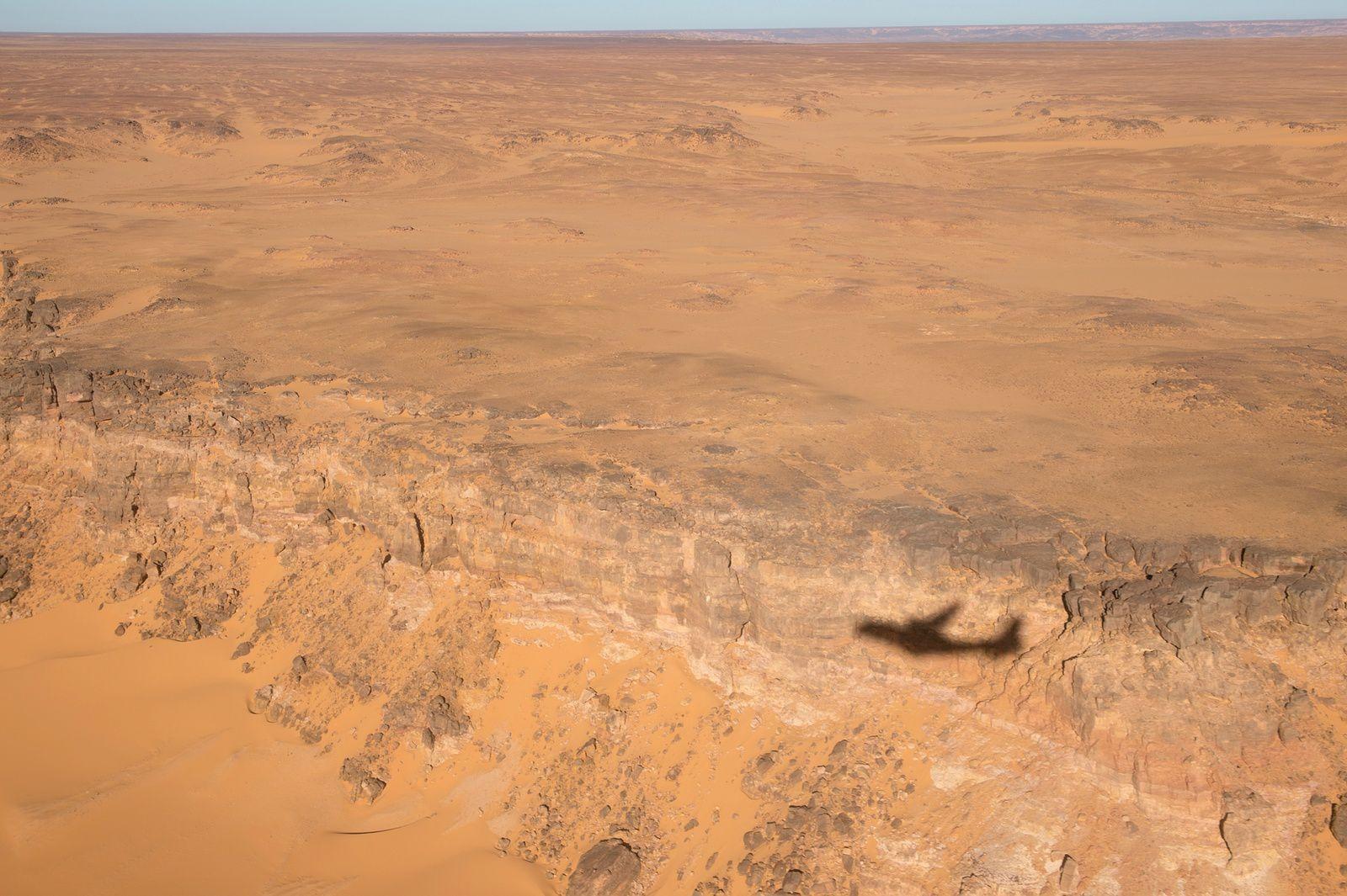 © JL. Brunet / Armée de l'Air - Un CN-235 en mission au-dessus des paysages lunaires et désertiques de la BSS.