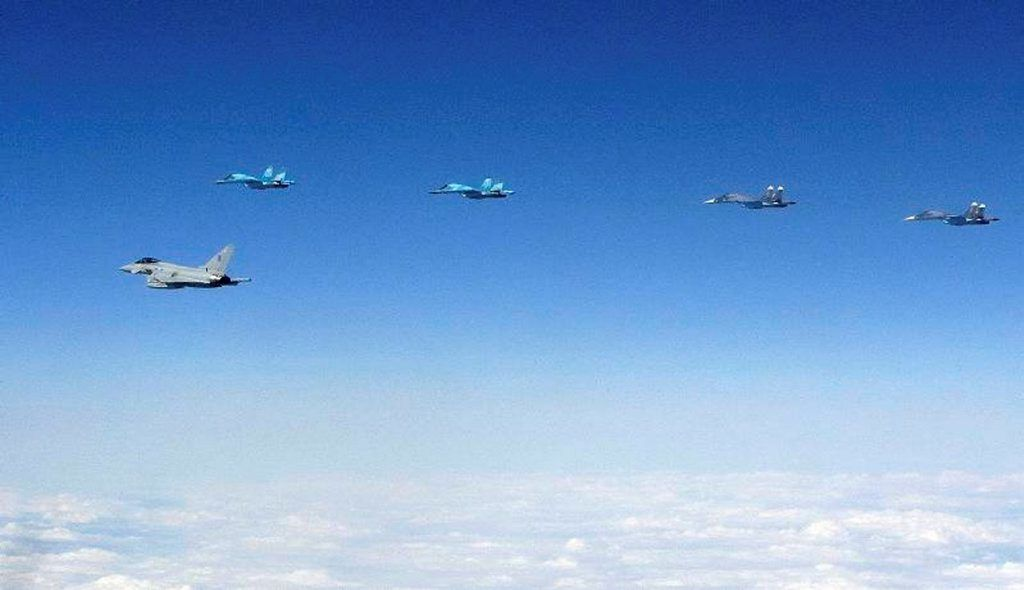 © Crown copyright - Interception par deux Typhoon britanniques d'une formation de quatre Su-34 «Fullback» russes.