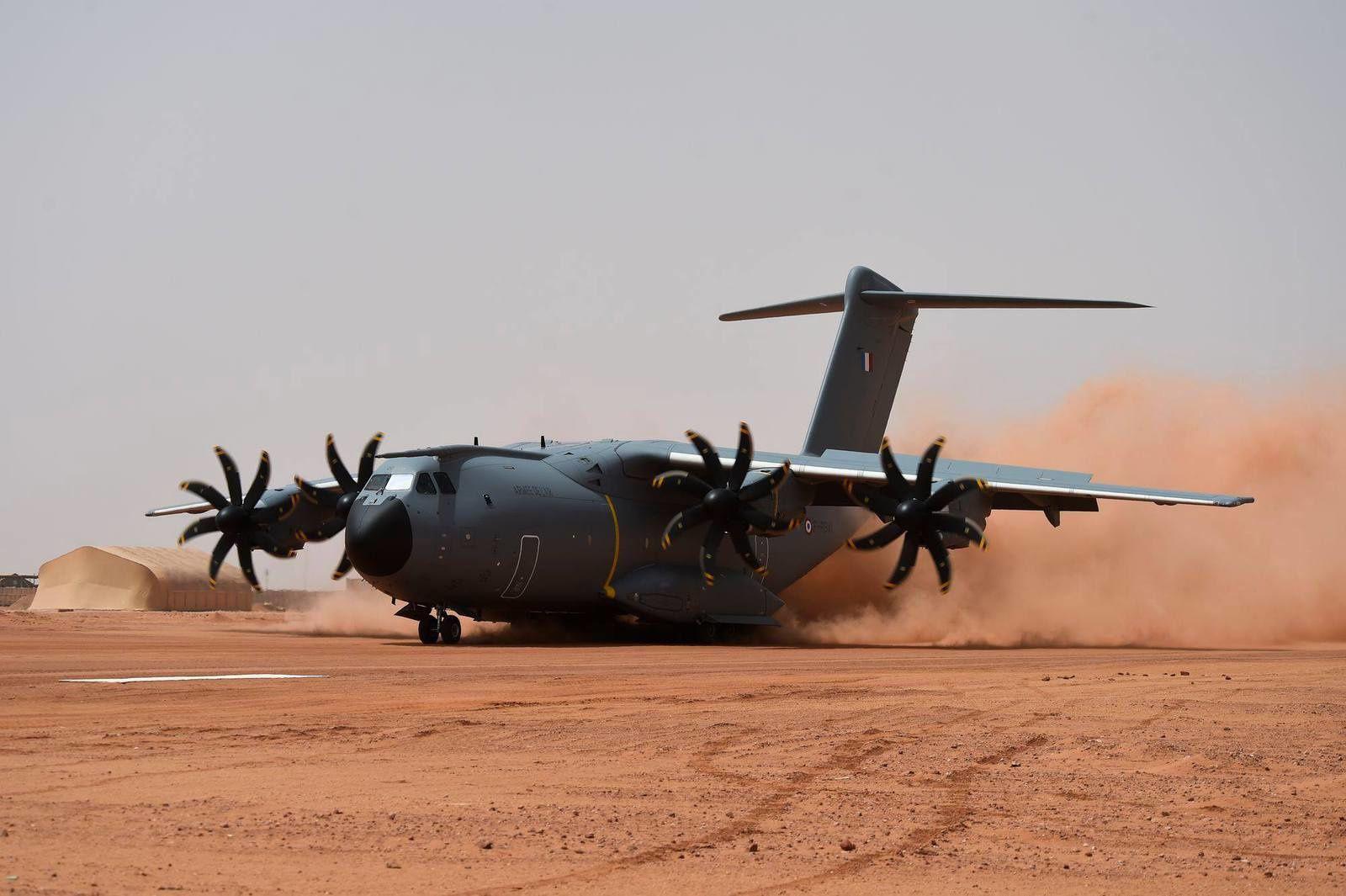 Un A400M de l'Armée de l'Air se pose sur le base avancée de Madama, au Niger
