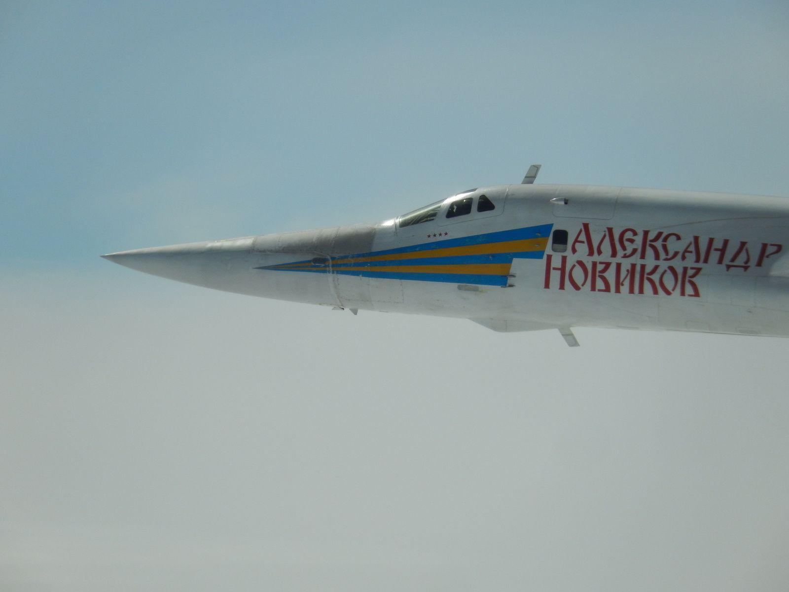 © Armée de l'Air - Au large des côtes françaises, le Tu-160 nous montre ici le nom d'un aviateur russe, as pendant la 2è GM.