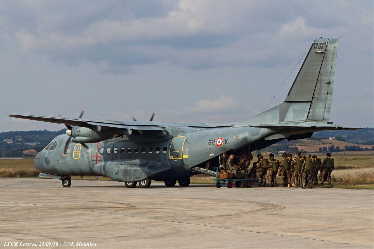 Embarquement des paras dans le Casa de l'Armée de l'Air.