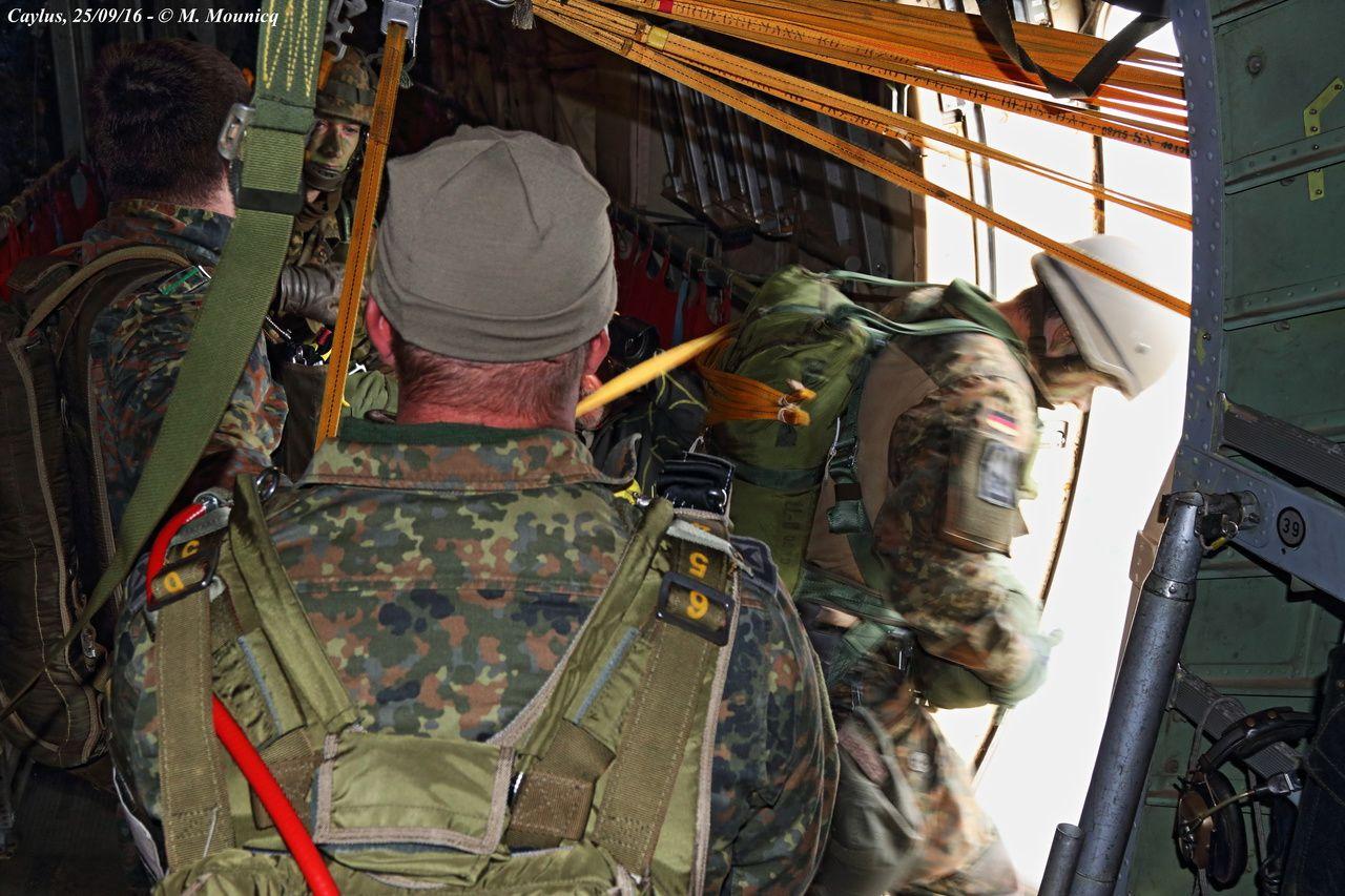 Les parachutistes de la 1e LB effectuent les premiers sauts.