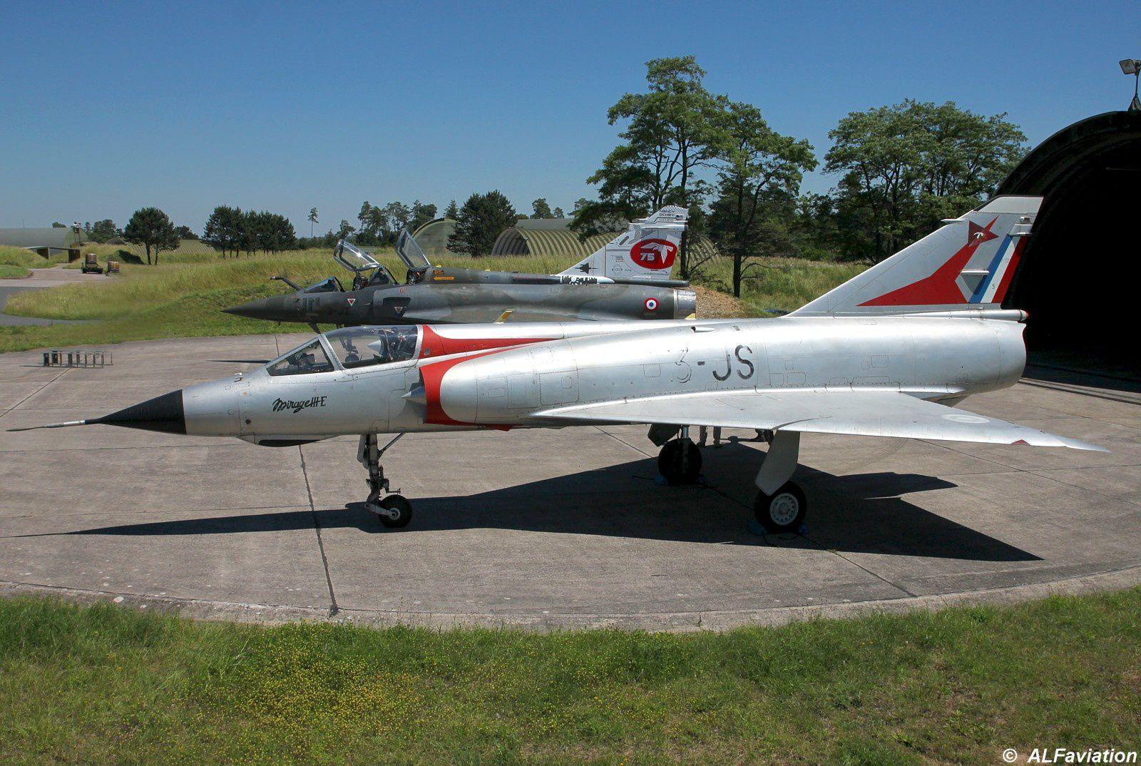 Ancienne monture de la SPA 75, le Mirage IIIE porteur de sa superbe robe argentée.