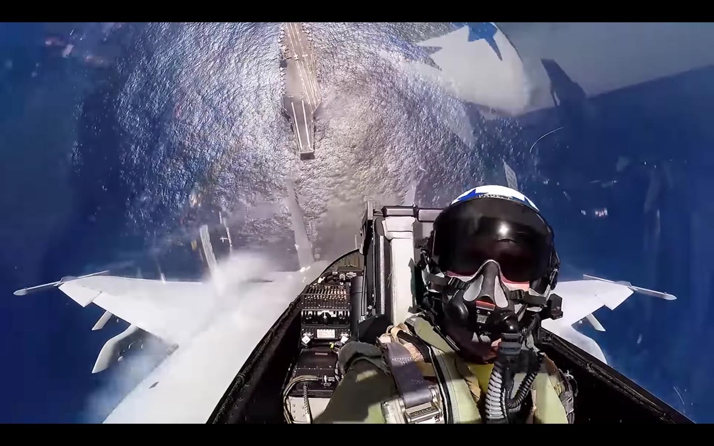 Capture d'écran vidéo - Le pilote du F/A-18 Super Hornet tire fort le manche contre lui et grimpe au-dessus de son porte-avions.