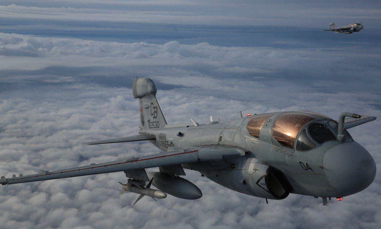 Un EA-6B du VMAQ-1 emportant un AGM-88 Harm sous l'aile droite à l'occasion d'un vol d'entraînement. © USMC.