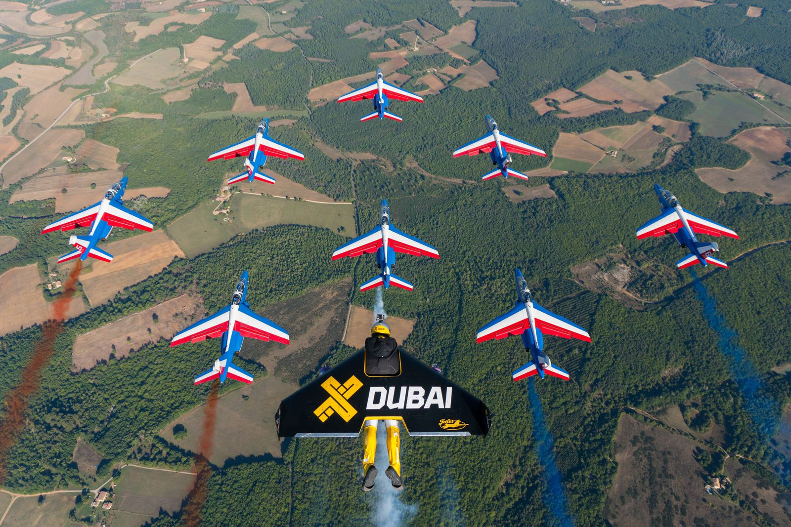 PHOTO - VIDEO : La Patrouille de France vole en formation avec les Jetmen