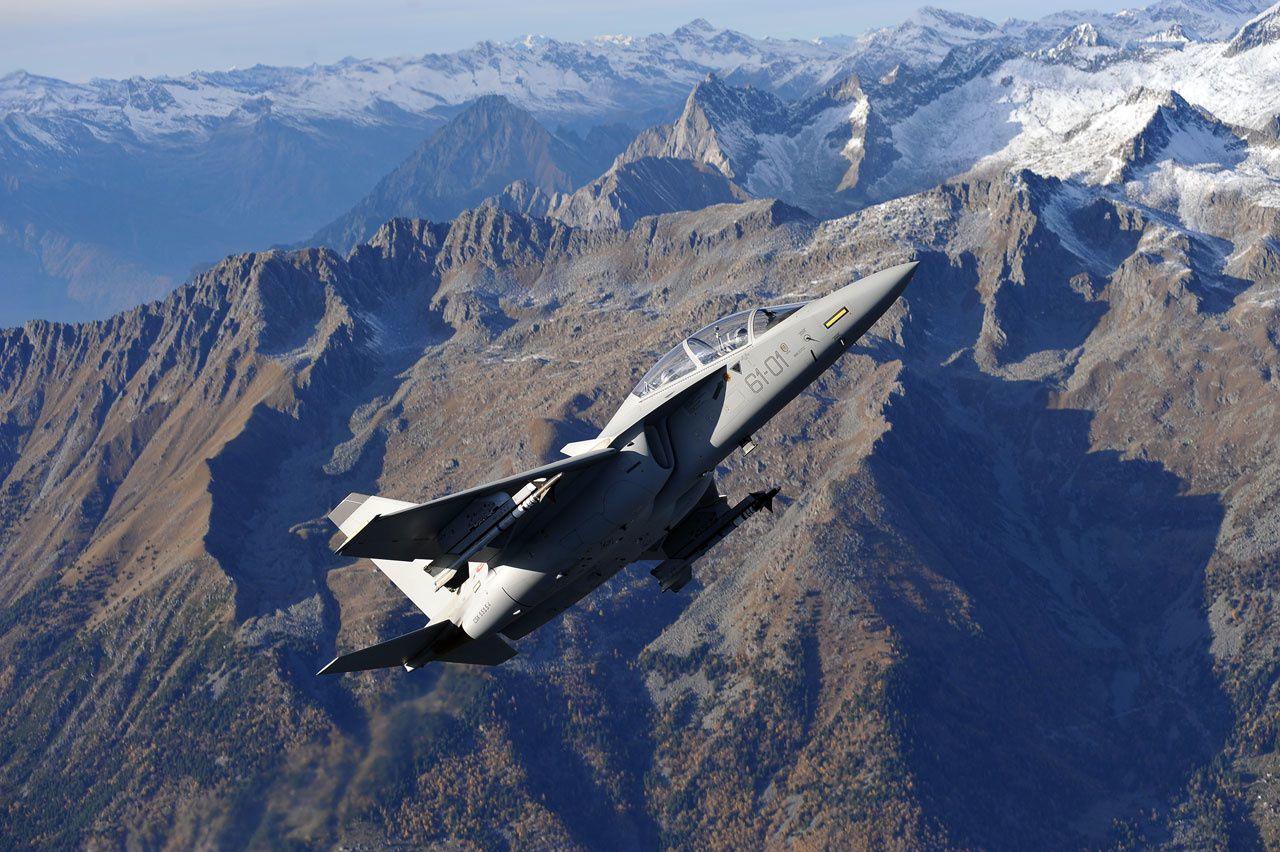 © Aeronautica Militare - Un T-346A de l'Aeronautica Militare en vol au-dessus des montagnes italiennes.