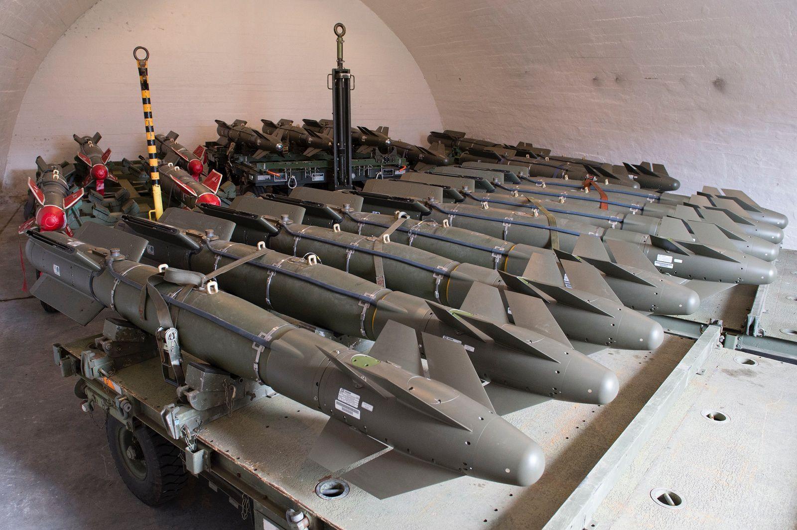 © O. Ravenel / Armée de l'air - Des AASM dans leur dépôt de munitions lors d'une campagne de tir en Norvège.