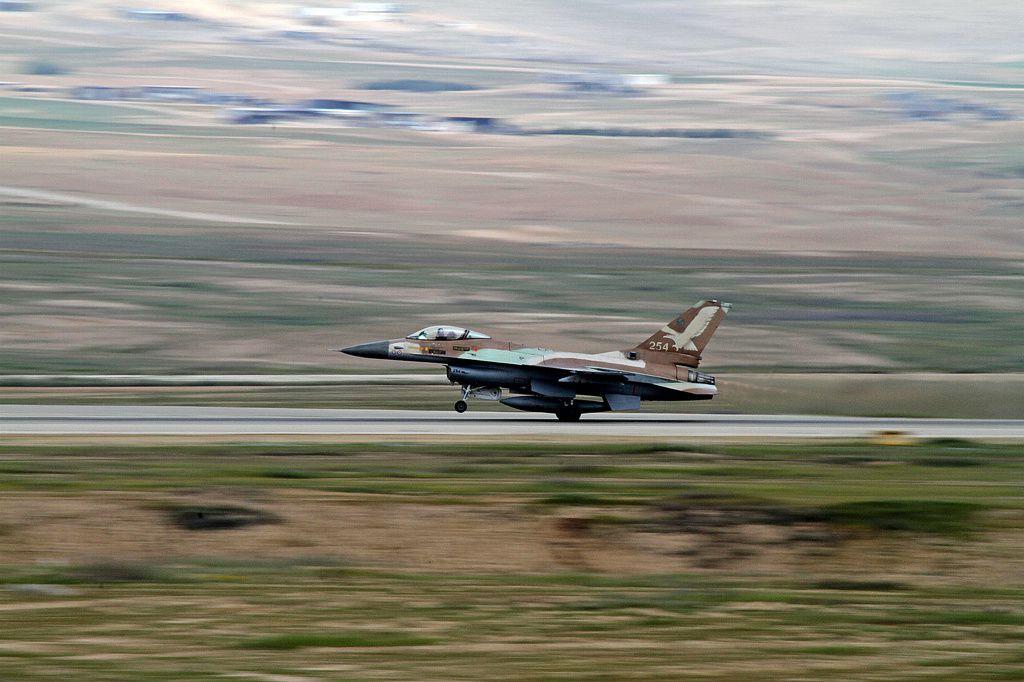 © IAF - Décollage d'un F-16A Netz, avec ses marquages de guerre visibles sur le devant de l'avion.