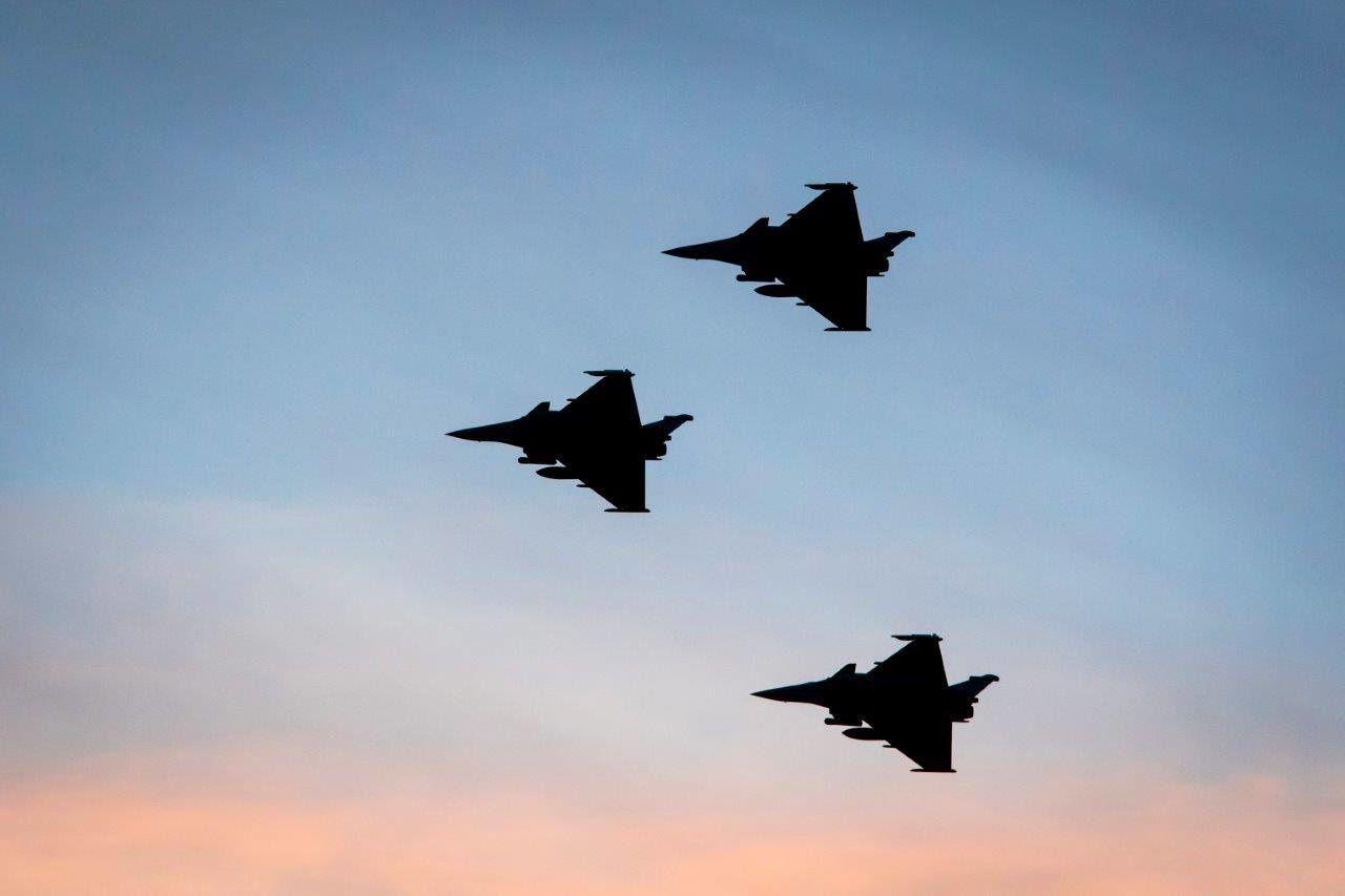 © EMA - Au crépuscule, trois Rafale survolent la BAP de Jordanie.