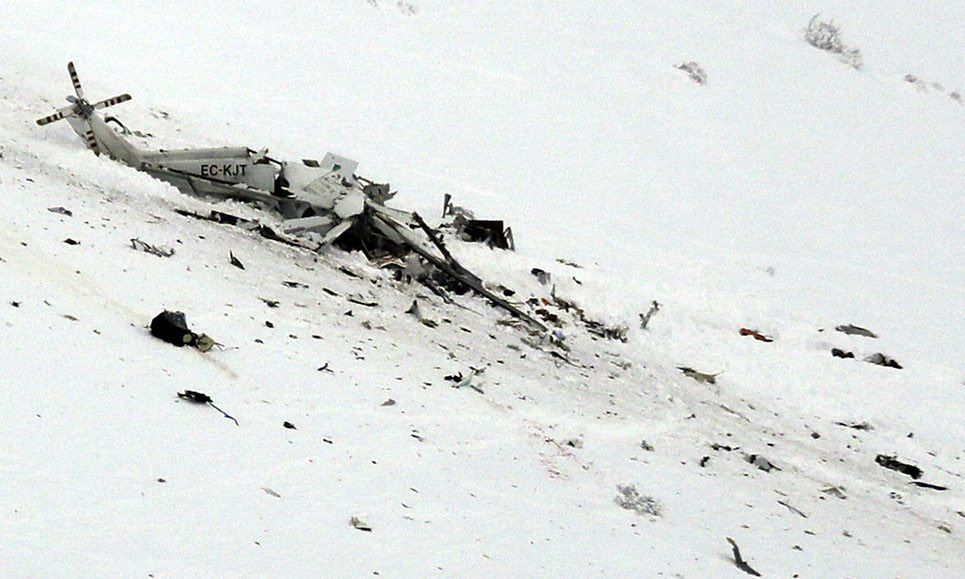 © via Twitter - Les débris du AW139 après son accident contre les montagnes.