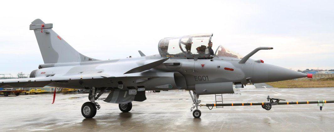 via forum air-defense.net - Le premier Rafale monoplace Qatarien (EQ01), tracté sur le tarmac de Bordeaux-Mérignac.
