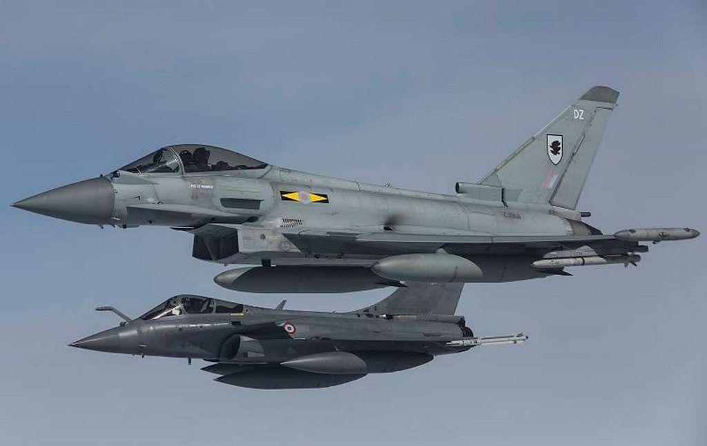 © RAF - Vol en formation d'un Rafale C et d'un Eurofighter Typhoon britannique lors d'un exercice.
