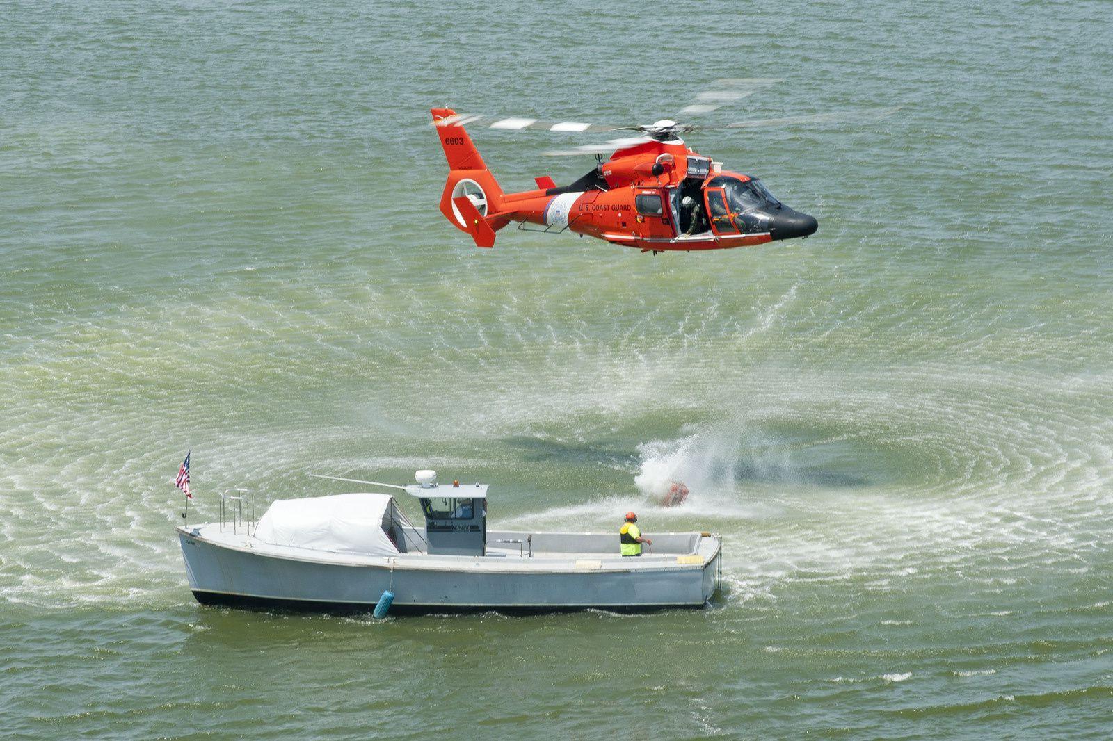 © USCG - Un MH-65D Dauphin et son équipage de l'Air Station Houston lors d'un exercice.