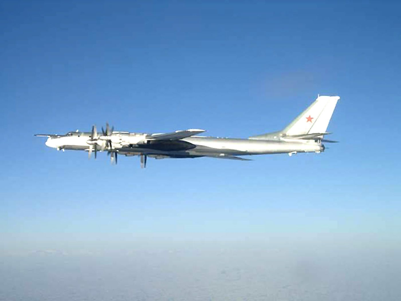 © US DoD - Interception d'un Tu-95 Bear par des F/A-18 Hornet de l'US Navy.