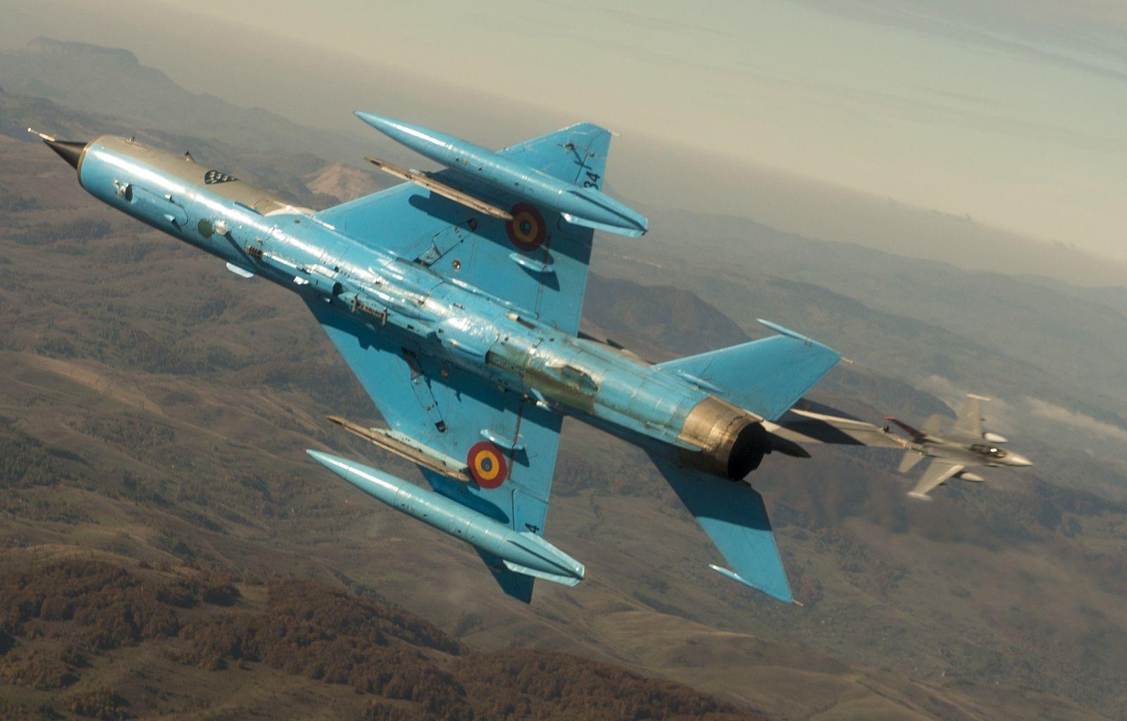 © USAF - Combat aérien rapproché entre un MIG-21 LanceR roumain et un F-16C de l'Alabama Air National Guard.