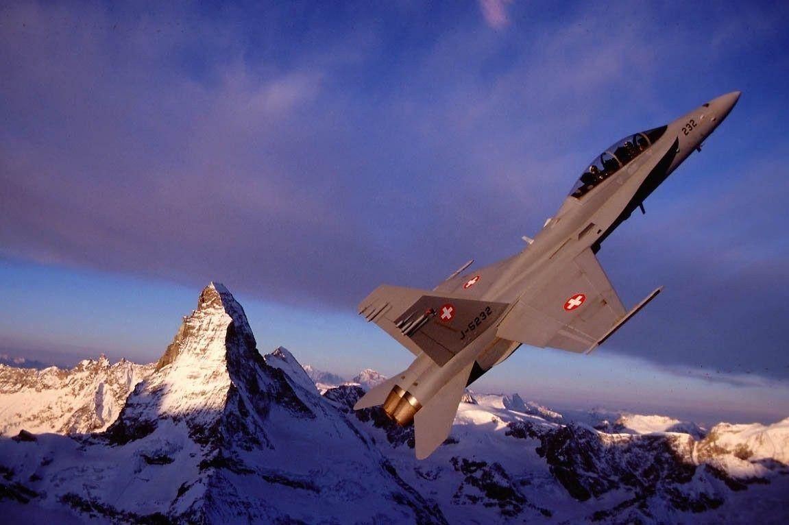 © Forces aériennes suisses - Un F/A-18D Hornet en vol au-dessus des montagnes enneigées suisses.