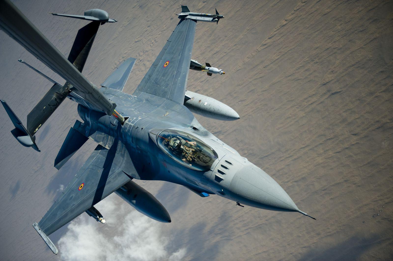 © USAF - Un F-16AM de la Composante Air belge se ravitaille auprès d'un KC-10 Extender au-dessus de l'Afghanistan.