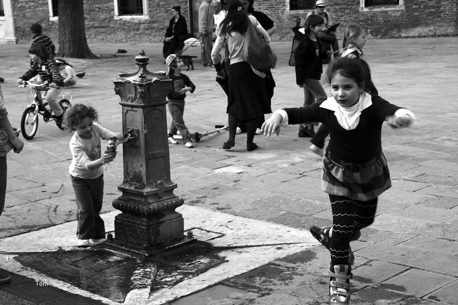 """""""Le manège enchanté"""" - j'en reviens encore à vous divine fontaine autour de laquelle les enfants semblent si heureux"""