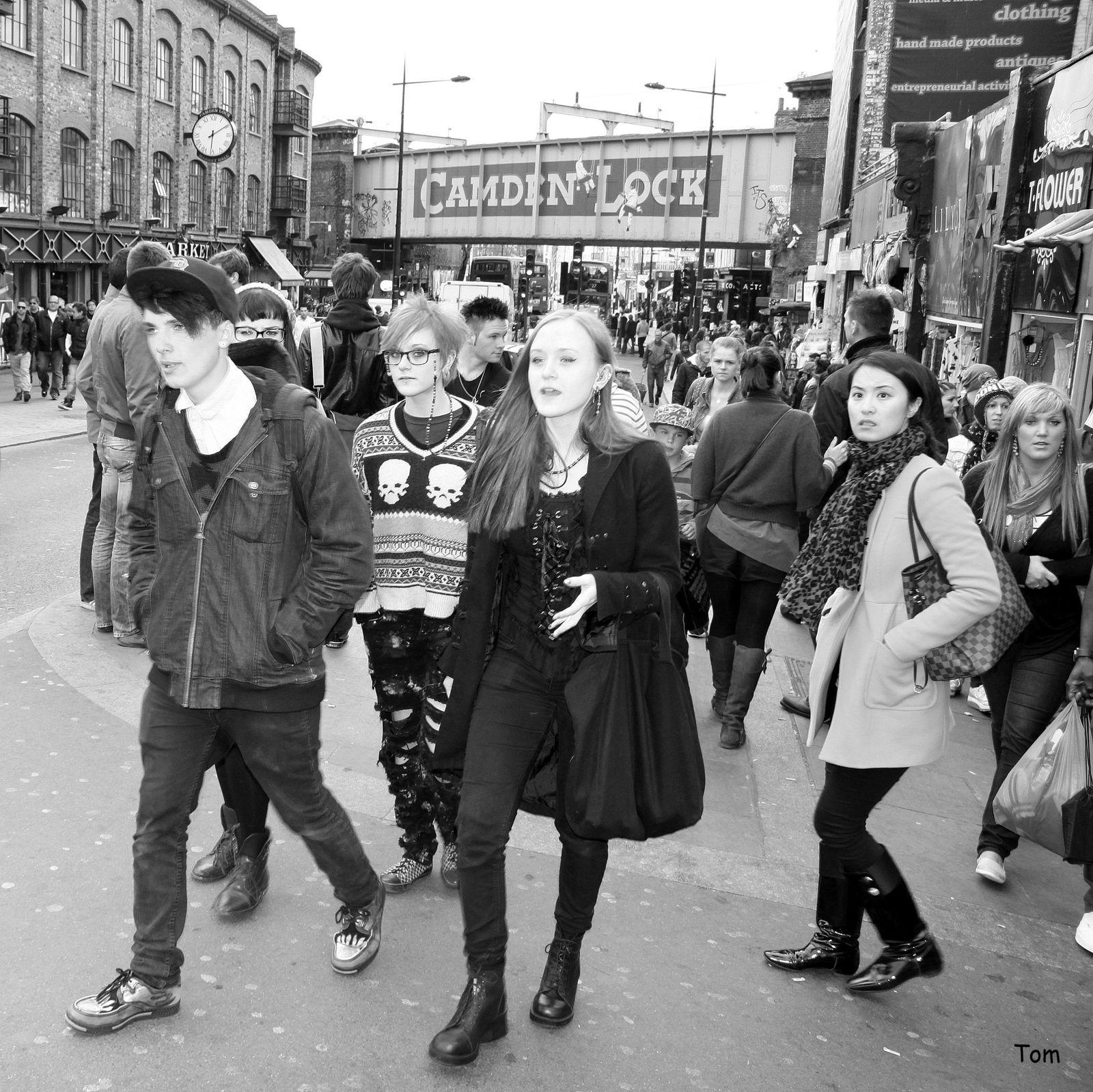 """""""People of Camden Town"""" - Une fourmilière humaine décalée dans un quartier londonien hors du temps"""