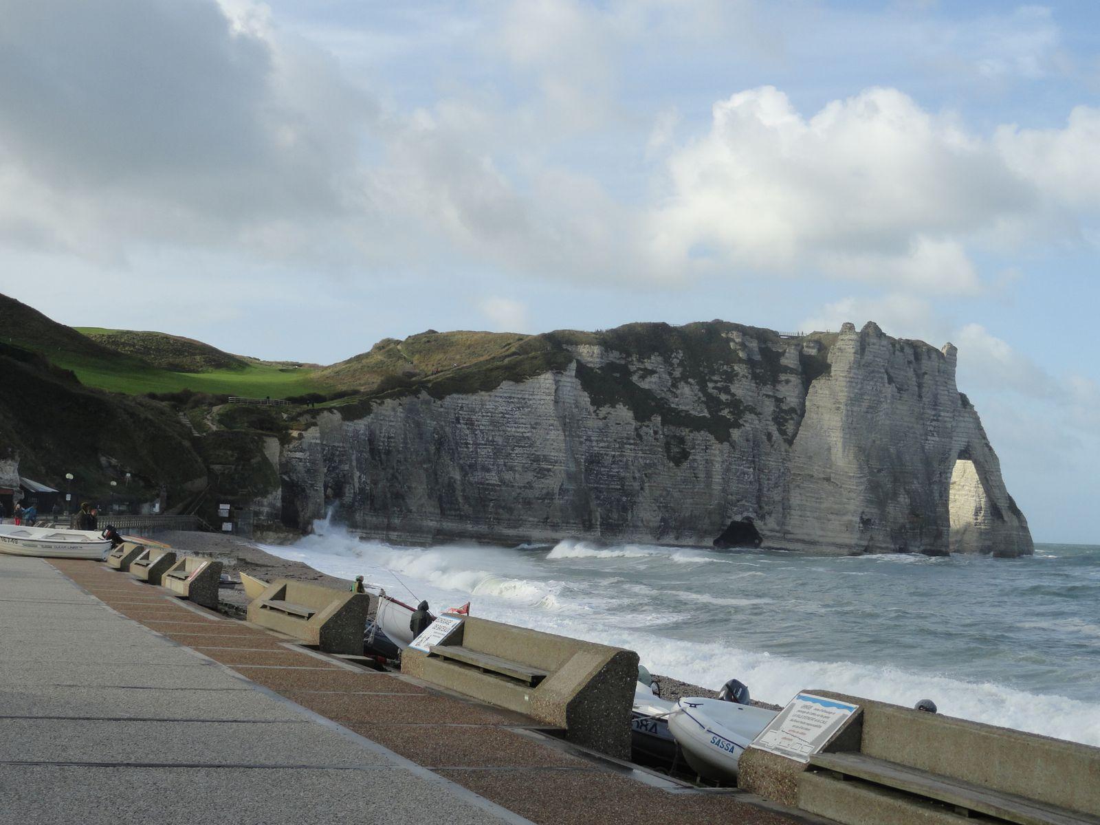 Ces falaises de calcaires datent du crétacé, remontant à plusieurs millions d'années. Elles se sont formées par accumulation, au fond des mers, à partir des coquillages et squelettes des micro-algues et animaux marins. Ces falaises sont présent de la commune du Tréport et vont jusqu'au Havre, elle couvre l'intégralité de la partie maritime de la Seine-Maritime. Des falaises similaires sont présentes sur la façade maritime Sud de L'Angleterre. Le Gr 21 couvre une bonne partie de ces falaises malheureusement, il y a beaucoup de passage qui ne borde pas ces majestueuses falaises. Ci dessus l'arche de la porte d'Aval vu de la plage d'Etretat. Tout droits réservés.