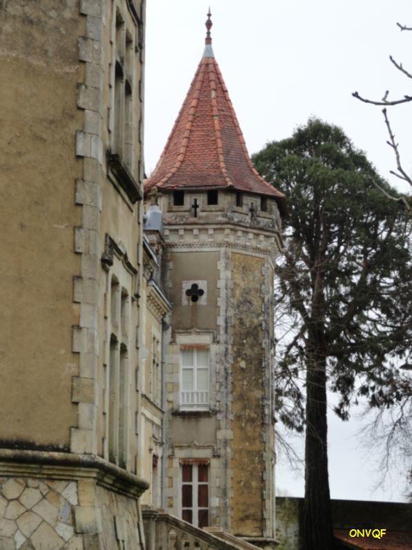 Ce bien a été racheté par la commune en 1951. Désormais il abrite les locaux de la Marie, un bureau de Poste ainsi qu'une antenne locale de l'office de tourisme d'Hagetmeau. Droits réservés.