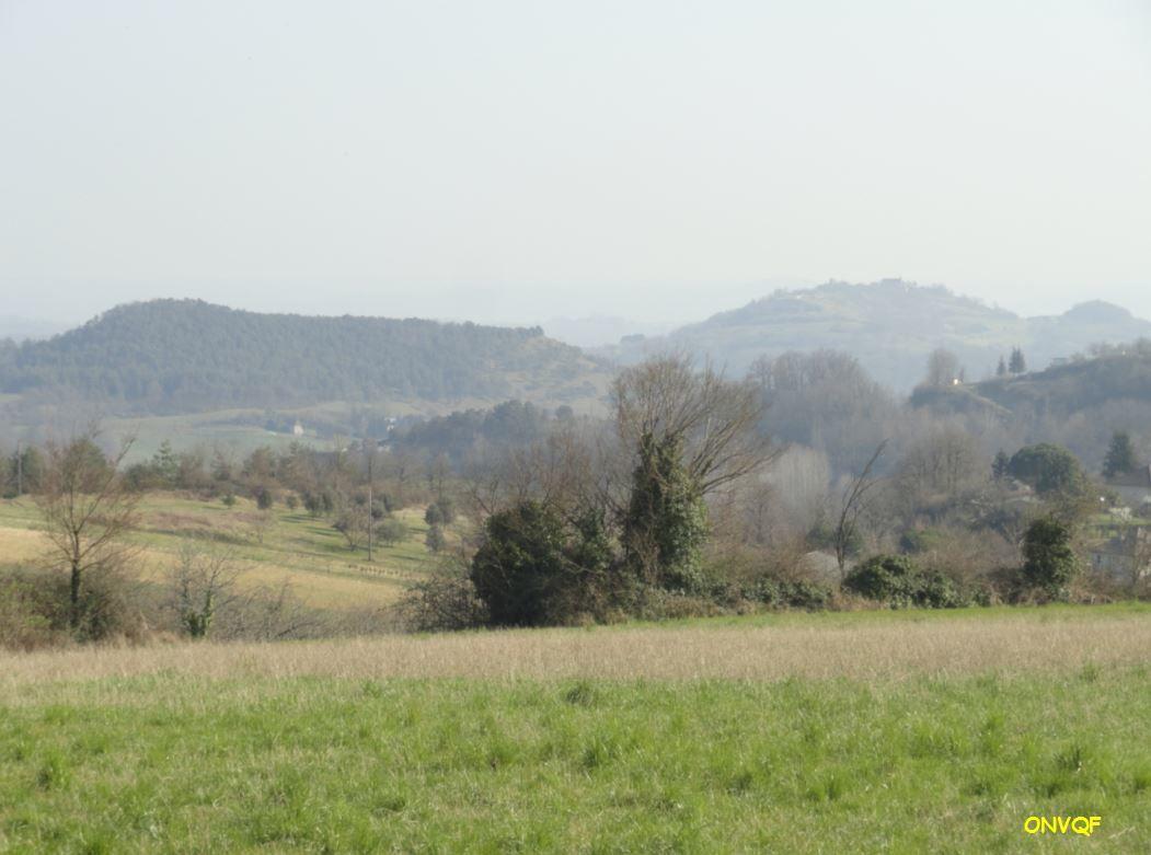 Le puy d'Ayen est situé sur le sommet de la colline surplombant le village d'Ayen-Haut, il offre une vue d'une hauteur de 377 mètres sur les alentours surtout vers l'Ouest. Pour y arriver il vous faudra la route des Puys à l'Ouest du village sur la D39, et suivre une petite route sur quelques centaines de mètres.