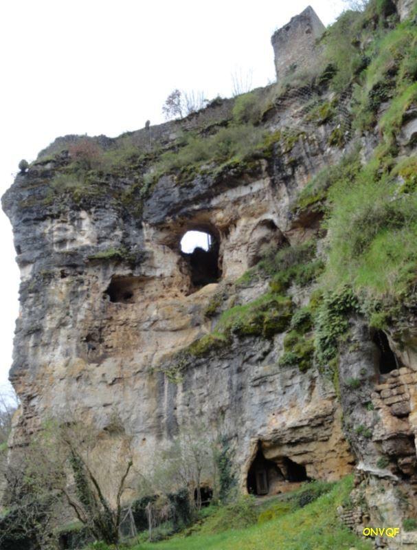 Juste en dessous du château la falaise a servi de carrière et rend un aspect surprenant. Droits réservés.