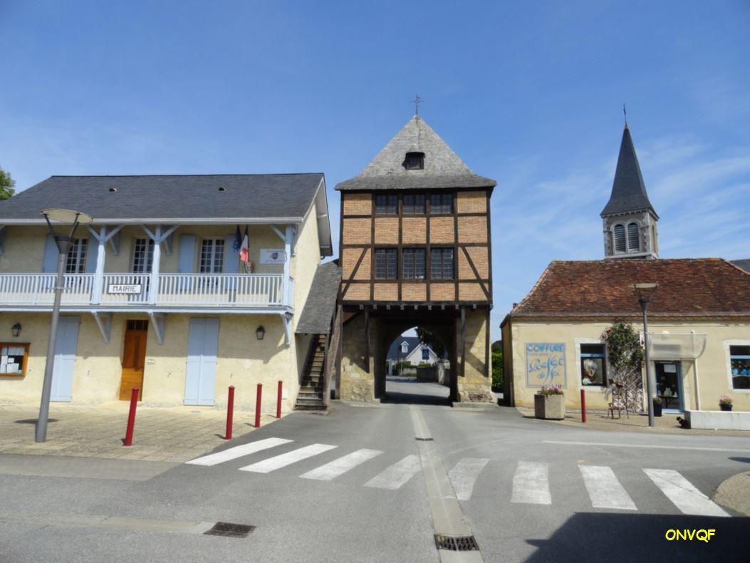 Située en plein milieu du bourg, elle est datée suivant les sources entre le XIII et le XIV éme siècle.