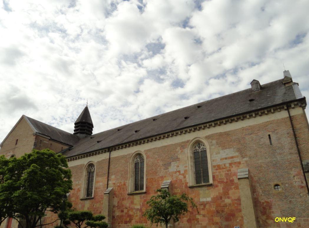 D'aspect assez massif, cet édifice fut classé au monuments historiques dès 1840. Elle perdit son statut de cathédrale lorsque le diocèse de Lescar fut séparé entre ceux de Bayonne et d'Agen, lors du Concordat. Un certain nombre de membres de la famille des rois de Navarre y sont enterrés, à l'intérieur.