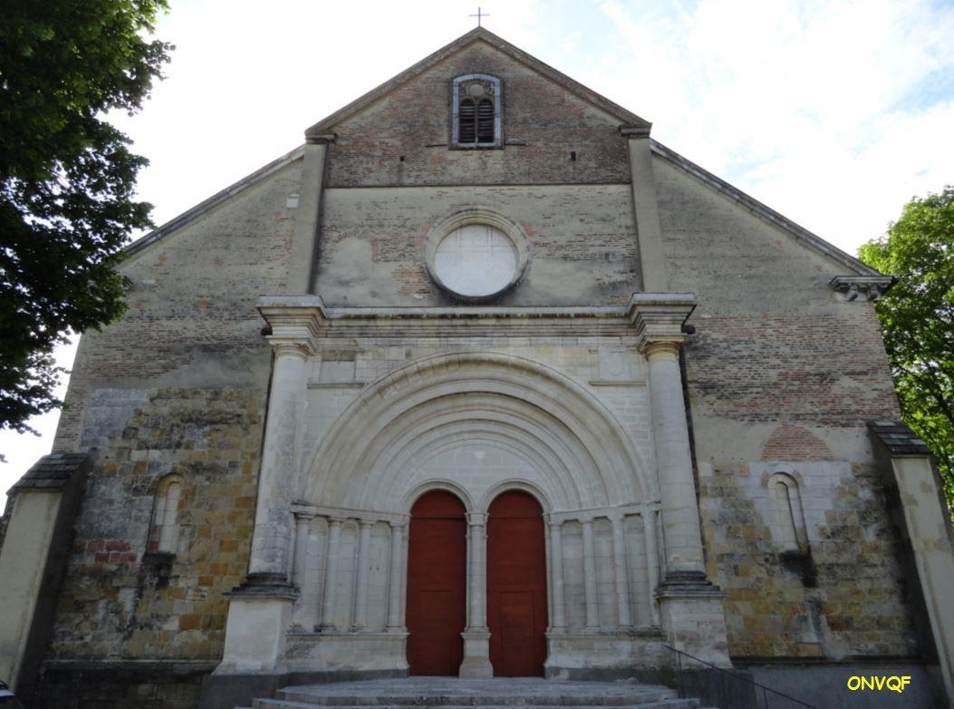 Surplombant le Gave de Pau sur une colline, voici l'ancienne cathédrale de Lescar ( appelée Notre-Dame-de-l'assomption ) , dans les Pyrénées-Atlantiques ( 64 ).