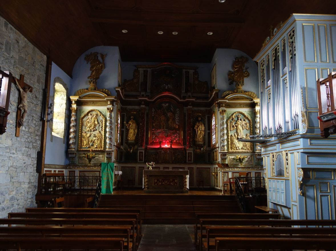 Dans la plus pure tradition Basque, l'intérieur est une explosion de chaleur que l'extérieur, ne laisse pas supposer.