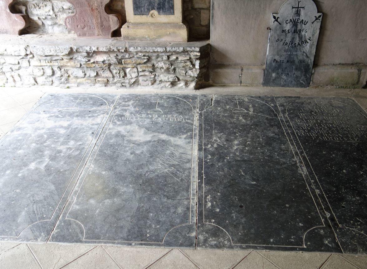 Ces tombeaux sont ceux d'anciens curés de la paroisse. Ce préau abrite aussi un monument aux morts.