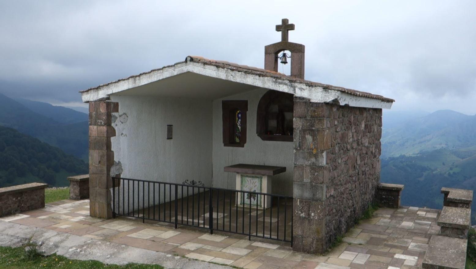 Au sommet de la montagne Oylarandoy ou Oilandoi, à 933 mètres d'altitude se dresse cette toute petite chapelle qui domine la Vallée des Aldudes, et permet d'avoir un magnifique point de vue, sur de nombreux sommets Basques et des Pyrénées.