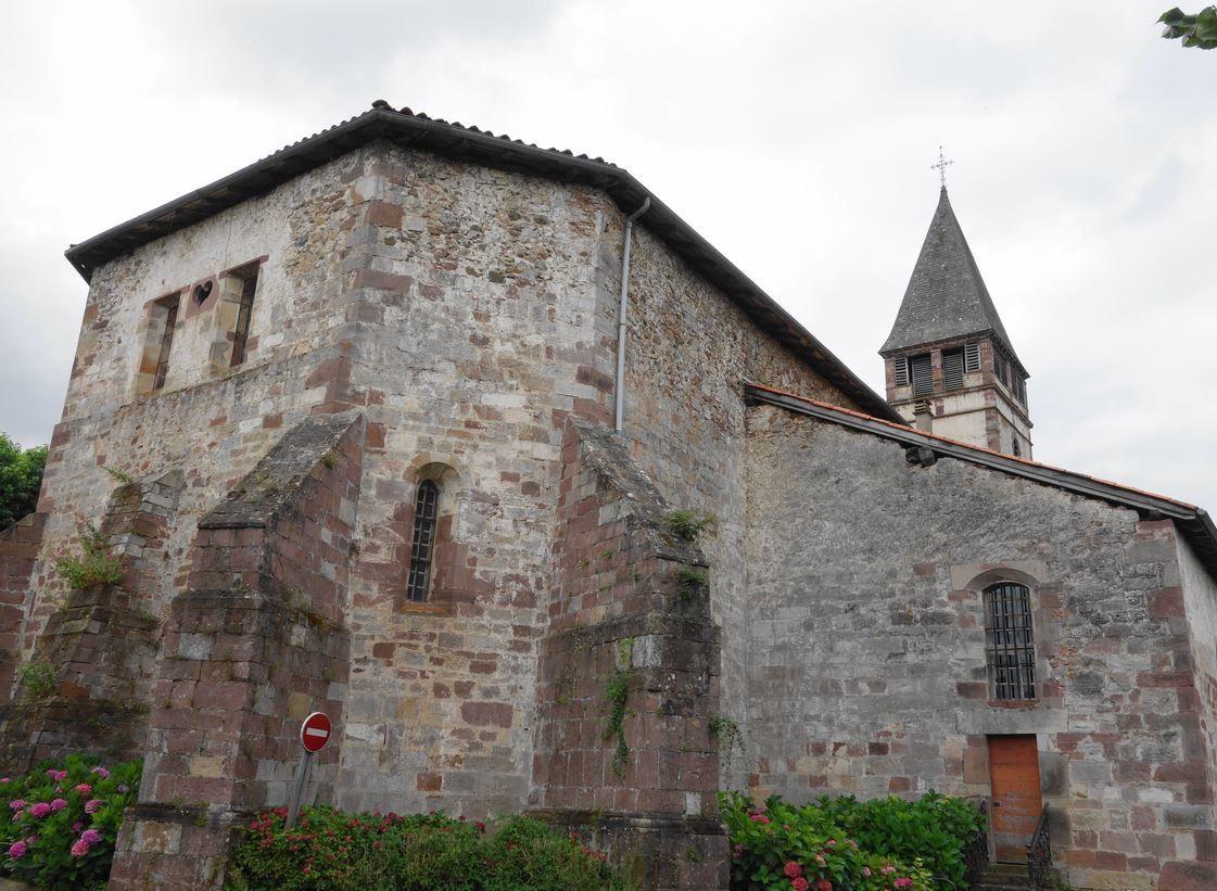 L'église Saint Etienne de Baïgorry est située au cœur de la ville a quelques mètres de la Nive des Aldudes. Il s'agit d'une église de style roman dominant très ancienne dont la construction remonterait au moins au XIII éme siècle, mais qui fut remaniée à plusieurs reprises.
