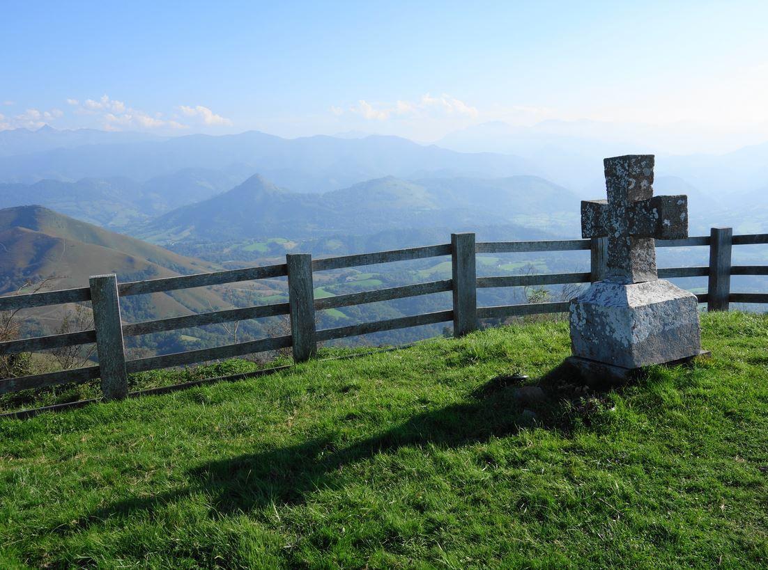 Outre l'orientation de cette table du sommet de la Madeleine, vous pourrez admirer d'autres beaux sommets à l'Ouest.