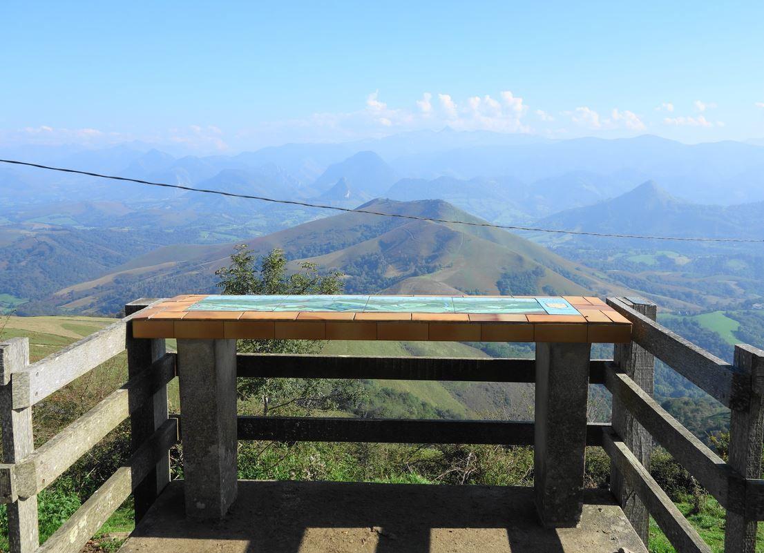 Au sommet de la Madeleine, à 795 mètres d'altitude, vous trouverez cette jolie table d'orientation qui de part son orientation vers le Sud Est, vous fera bénéficier d'un très joli panorama sur une partie de la chaîne des Pyrénées. Ce sommet est situé sur la commune de Tardets Sorholus, dans le Pays Basque ( Pyrénées-Atlantiques 64 ).