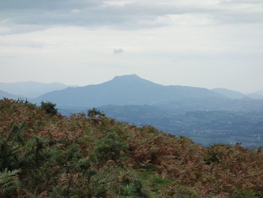 Sur votre droite, lors de la montée, vous aurez un joli point de vue sur la Rhune. Si cette montée, vous intéresse, je vous joins les deux liens suivants.