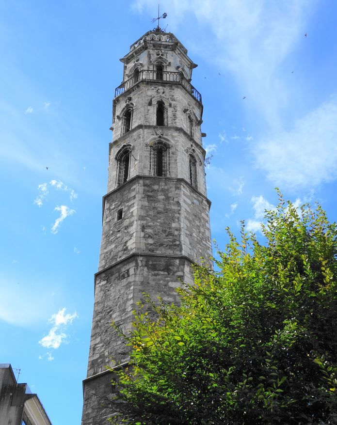 L'église au pied du monument fut détruite peu après la révolution Française. Une épreuve assez ancienne de cette tour est conservée au musée Pyrénées de Lourdes, après avoir été transférée du Musée d'Orsay de Paris. La tour des Jocobins ou de l'Horloge bénéficie d'une protection aux monuments historiques depuis le 16/02/1932. Elle est propriétée de la commune de Bagnère-de-Bigorre. Il n'est pas possible de la visiter à connaissance.